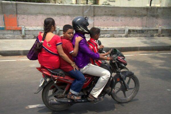 4 EN UNA MOTO EN CHENNAI