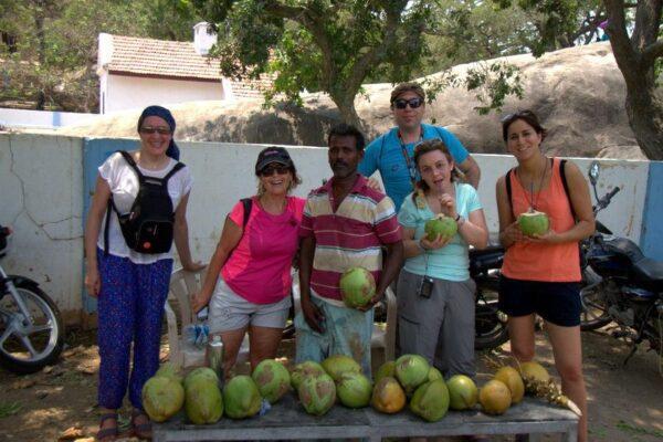 BEBIENDO UNOS COCOS VERDES EN MAHABALIPURAM