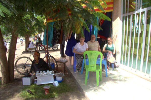 TOMANDO CAFÉ EN UN PUEBLO ENTRE MEKELE Y LALIBELA