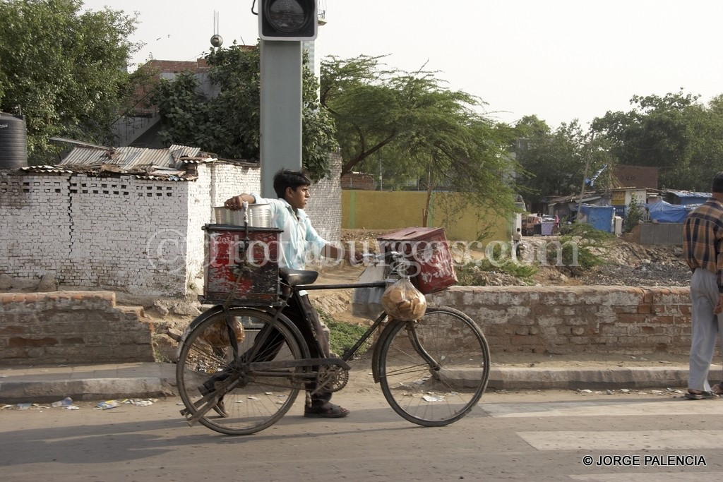CHICO EN BICICLETA EN DELHI