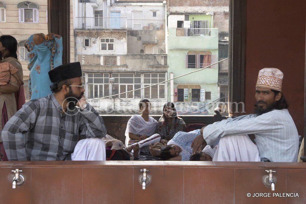 HOMBRES EN LA MEZQUITA JAMA MASJID EN DELHI